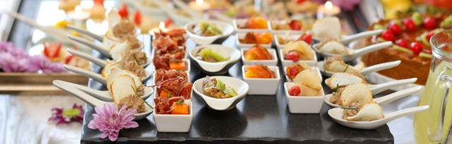 6 Wedding-Day Food Ideas To Keep Your Guests Happy & Entertained - Z ...