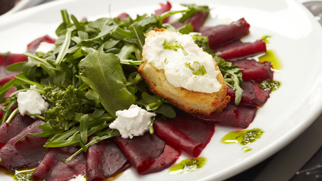 Baby-spinach,-Beet-and-Goat-Cheese-salad_75325387