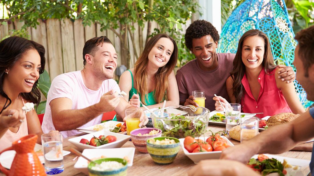 Friends-Enjoying-Meal-Outdoors_207645049