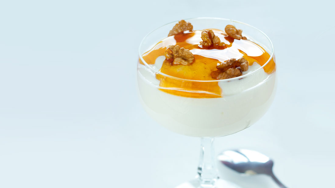 Greek-Yogurt-with-Honey-and-Walnuts_136477961