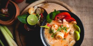 thai hot and sour soup tom yum goong